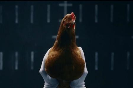 Mercedes te explica cómo funciona su suspensión activa... con gallos