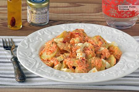 Ensalada de patata y zanahoria con salsa cremosa de nueces. Receta saludable