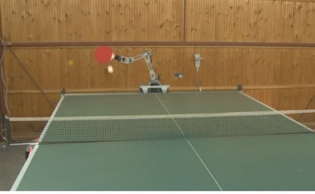 Brazo robótico que juega al ping-pong mejor que la mayoría de los mortales
