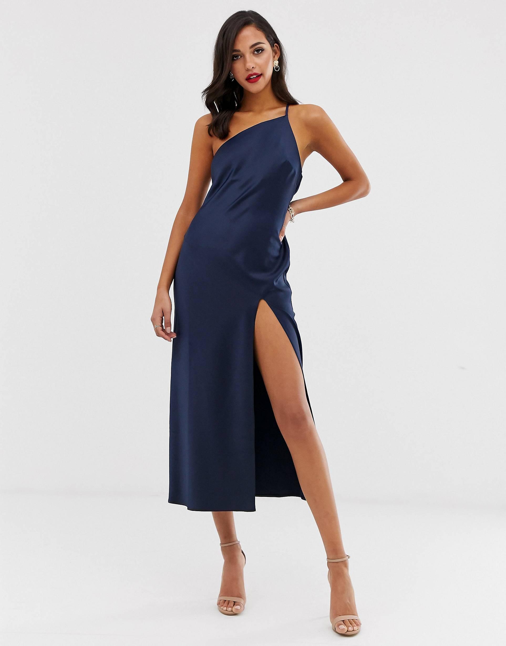 Vestido largo asimétrico de satén con espalda drapeada en azul marino.