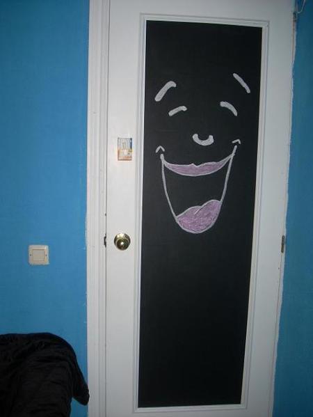 La pizarra adhesiva en la puerta de A. Montero