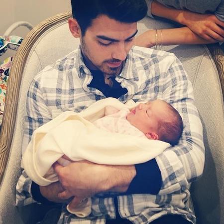 ¿Alguien tiene un babero para Joe Jonas? ¡Se le cae la baba con su sobri!