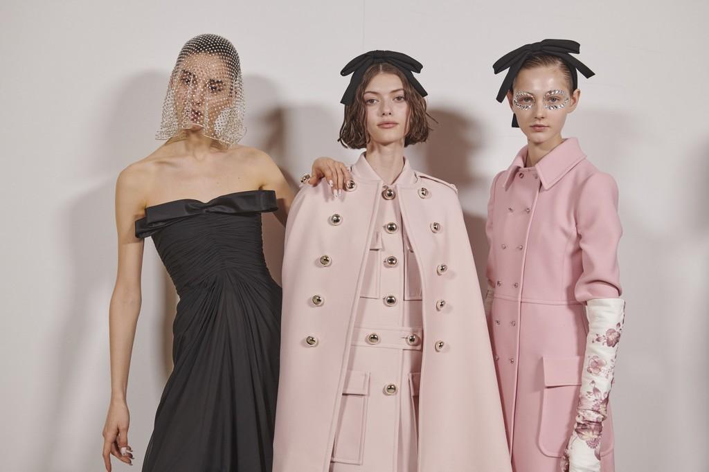 El strass mas delicado se cuela en los maquillajes y manicuras mas ideales del desfile de Giambattista Valli en la Semana de la Moda de París