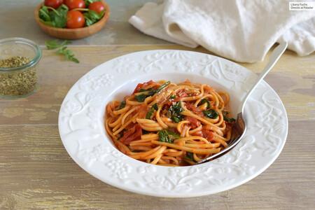 Tallarines O Espaguetis Con Salsa De Tomate Y Espinacas