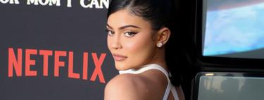 Kylie Jenner se enfunda en un ceñido vestido blanco con escotazo en la espalda incluido para acompañar a su marido Travis Scott