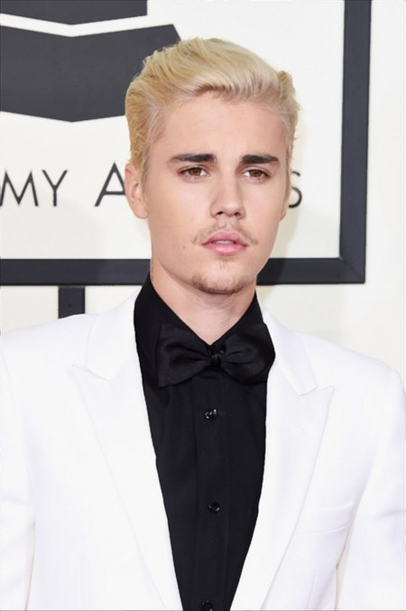 Blanco, negro y un 'bad-beard day': Justin Bieber en la red carpet de los premios Grammy