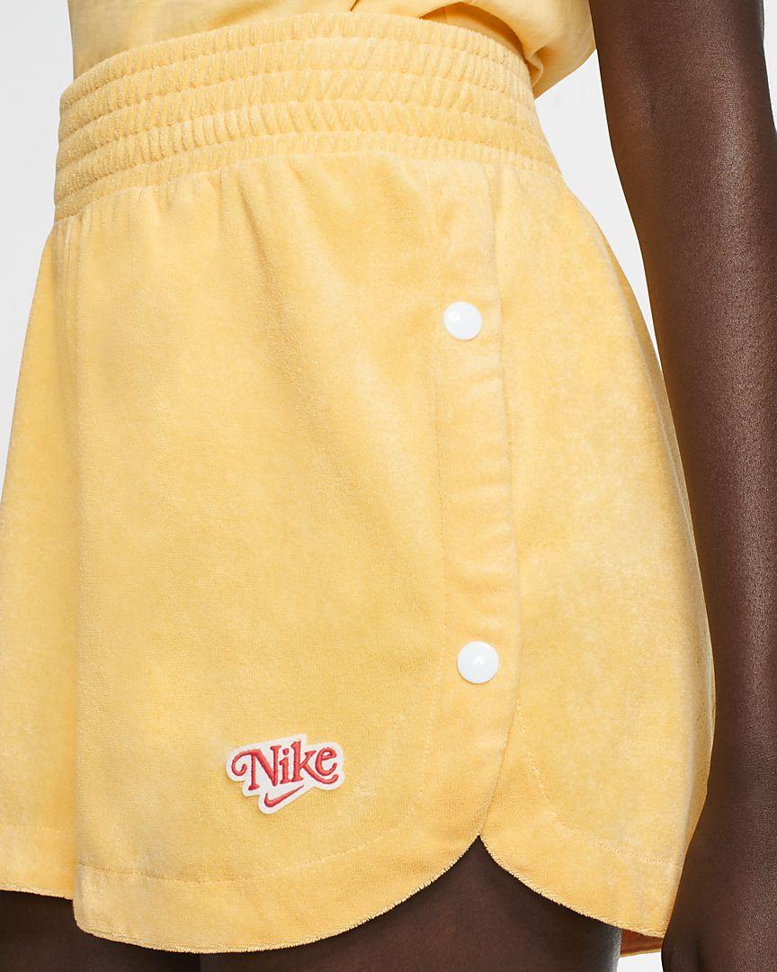 Confeccionado con un suave tejido Terry de tipo toalla, el pantalón corto Nike Sportswear está pensado para que te diviertas en verano con un estilo retro y un diseño de talle alto con un parche de inspiración vintage.