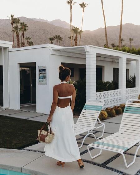 Siete vestidos blancos para la playa que realzan nuestro bronceado estival