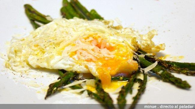 Espárragos con huevos rotos - presentación