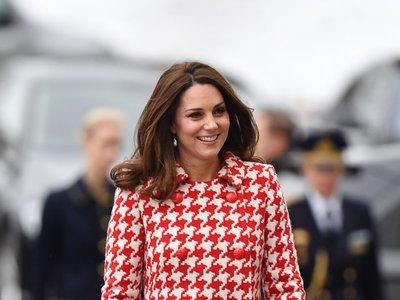 Con abrigo rojo de día y vestido de flores de noche, Kate Middleton deslumbra en su visita oficial a Suecia