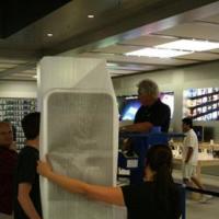 La invasión de los iPhone gigantes llega a las Apple Stores