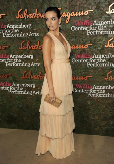 Camilla Belle con un vestido de Salvatore Ferragamo en nude en la Gala inaugural del Centro de Artes escénicas Willis Anneberg