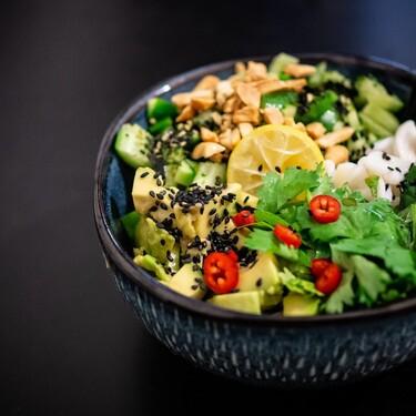 Ensalada de lechuga y kale con cacahuates. Receta vegetariana fácil y saludable para una tarde de verano