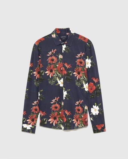 8caf7a6325f Camisas Florales Que Puedes Encontrar En Zara Para Adentrarnos Al Cliche De  La Pimavera