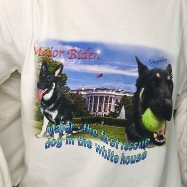 Weekday triunfa con su camiseta del perro de Joe Biden dentro de su colección Zeitgeist (en edición limitada)