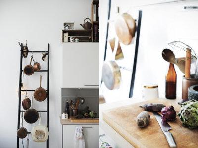 ¿Buena o mala idea? Una escalera de mano en la cocina para colgar las sartenes