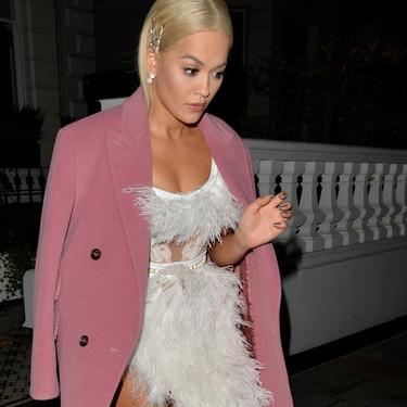 Rita Ora nos enseña cómo no llevar la tendencia de las plumas (con transparencias)