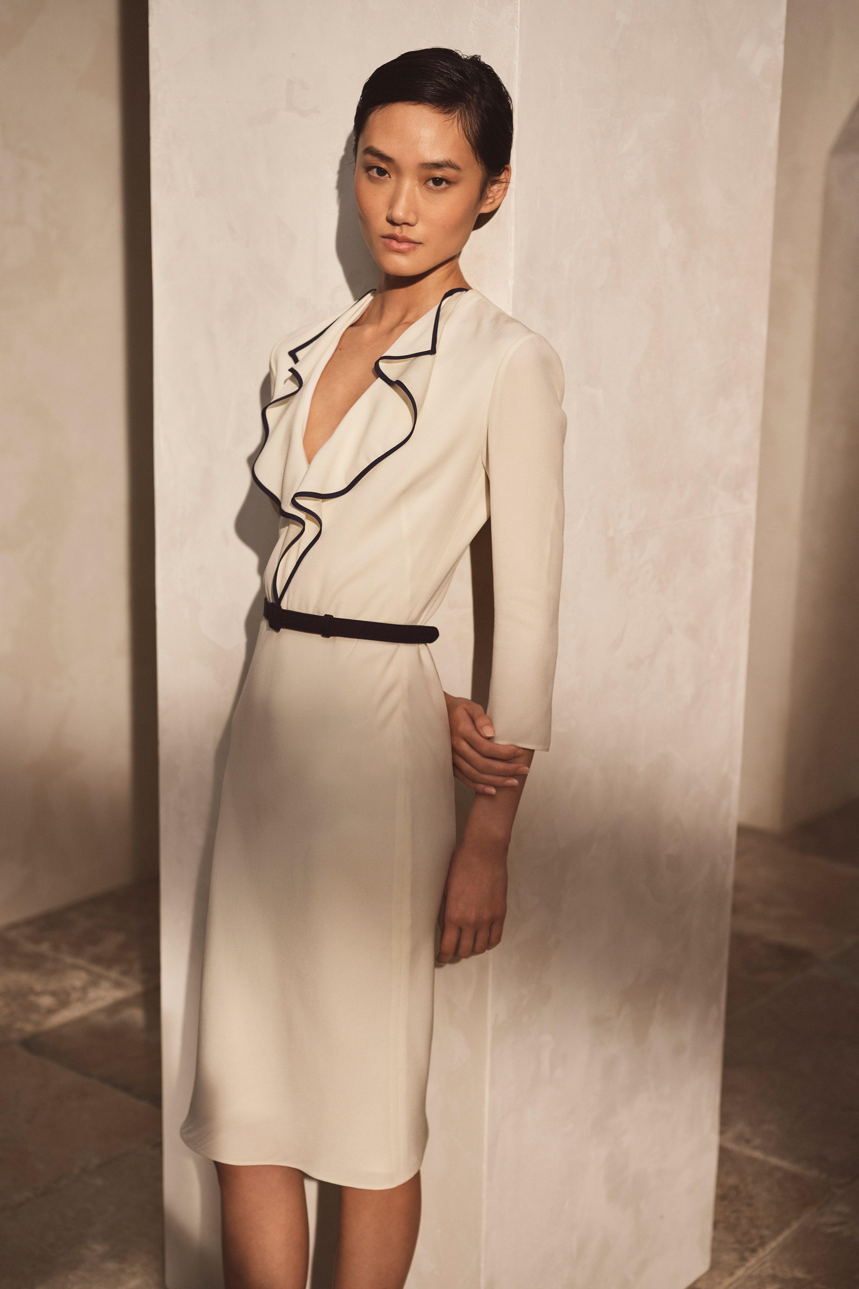 Vestido blanco con volantes y costuras en contraste