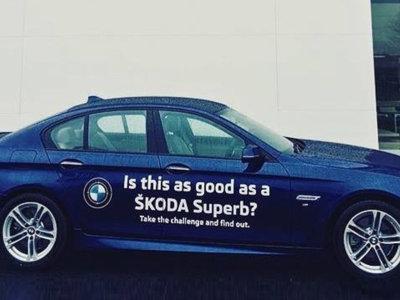 Este concesionario Škoda de Irlanda quiere que compares su Superb con un BMW Serie 5