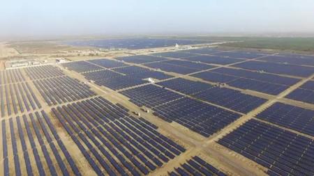 """""""La Gran Muralla China del Sol"""": la planta solar más grande del mundo cubre más de 1.200 km2 y está ubicada en el desierto de Tengger"""