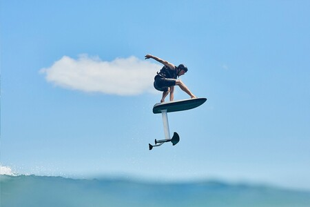 Cuando la tecnología llega a las tablas de surf: así es la nueva Fliteboard eléctrica con autonomía de 40 kilómetros y mando a distancia