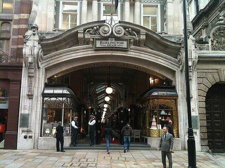 Jimmy Choo abre su primera boutique para hombres