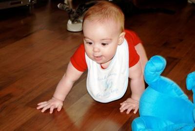 ¡No lo pongas a andar!: es recomendable que los bebés gateen