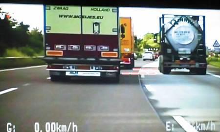 La policía alemana controlando en autopista la distancia de seguridad de un camionero. Le denunciaron por no respetarla y él se justificó diciendo que todos circulan igual.