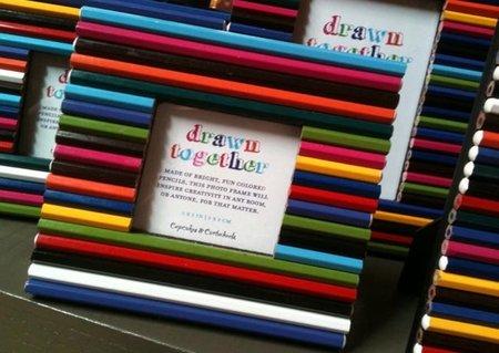 Una buena idea: un marco de fotos hecho con lápices de colores