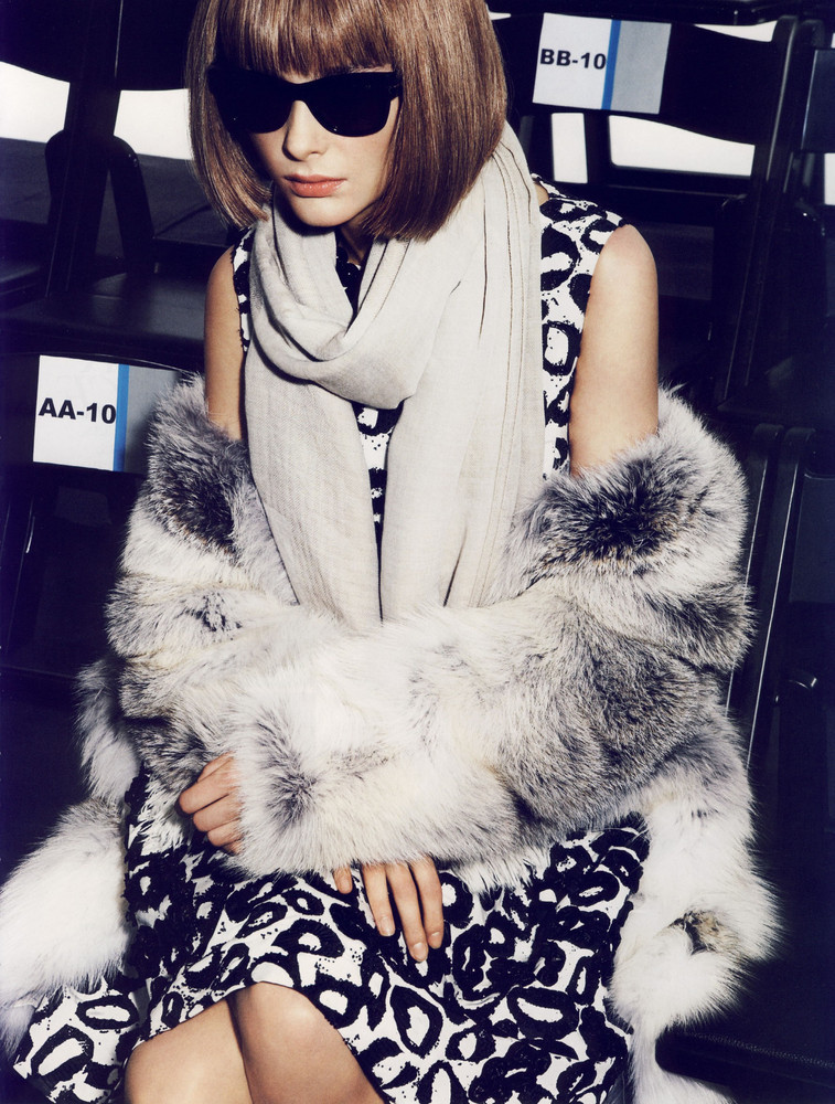 Foto de Snejana Onopka como Anna Wintour en la revista Vogue francesa (8/8)