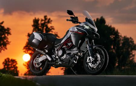 La Ducati Multistrada 950 S se presenta con la decoración GP White, una mezcla de tonos heredados de la Desmosedici GP18