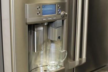 Llega la nevera que prepara tazas de café y té calientes
