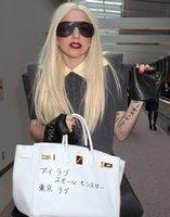 ¡Lady Gaga tiene un nuevo tatuaje en el brazo (y en el bolso)!