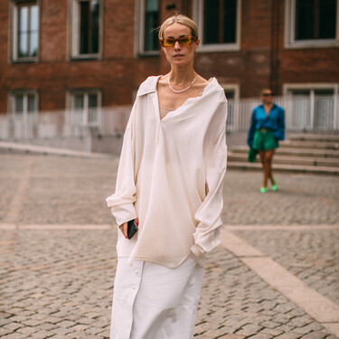 Faldas largas geniales para construir un look de oficina de diez junto a una camisa blanca y unos botines en otoño