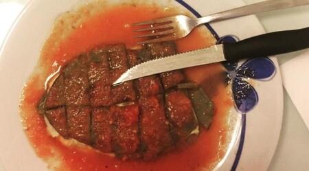 Nopales rellenos de queso en salsa roja. Receta fácil de comida mexicana para la cena