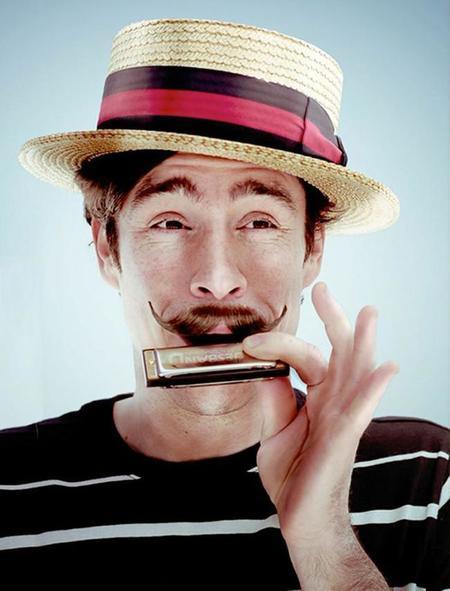 Para el grooming perfecto, las tijeras para bigote con peine de Tweezerman