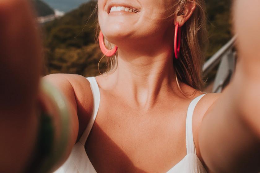'Unselfie': una IA que transforma tus selfies para que parezca que no sujetas el móvil