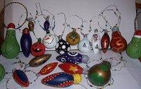 Recicladecoración: bombillas pintadas para el árbol de Navidad