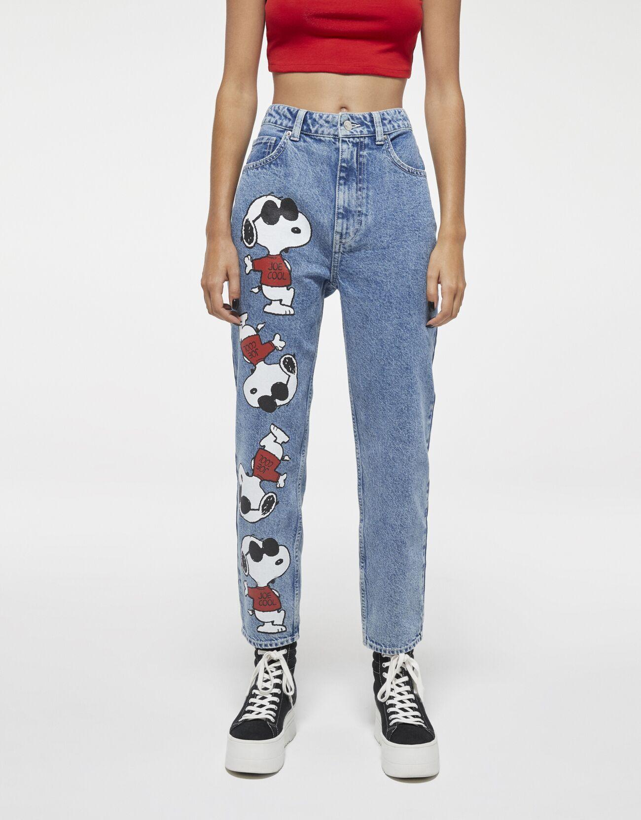 Mom jeans con dibujos de Snoopy