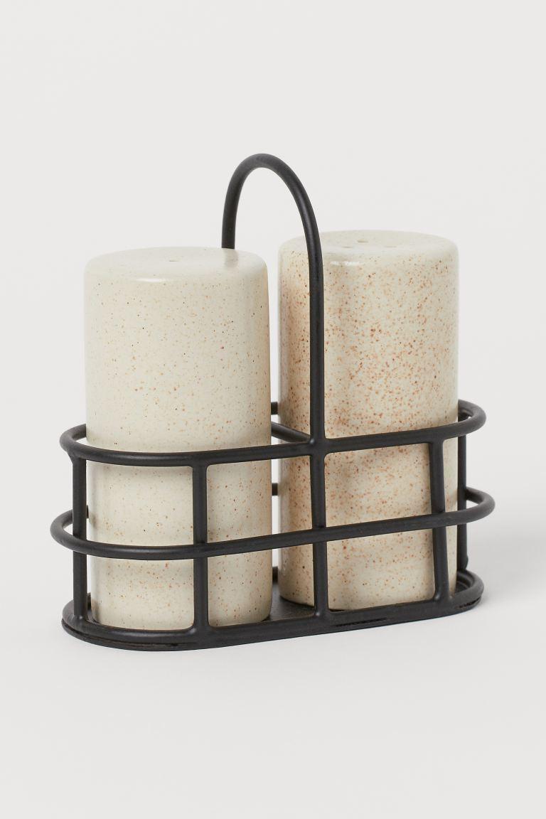 Salero y pimentero de cerámica  alto de la cesta 10,5 cm. ancho aprox. 5 cm. largo aprox. 10 cm