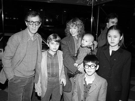 Woody Allen, Ronan Farrow, Mia Farrow con Dylan en brazos, Moses Farrow y Soon-Yi Previn