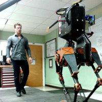 ATRIAS es un robot bípedo que anda, recula, soporta golpes y... también balonazos