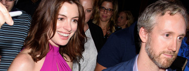 Anne Hathaway nos demuestra que se puede ser una embarazada muy sexy sin perder la elegancia con este vestido de color buganvilla