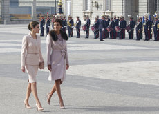 Duelo de estilo entre Doña Letizia y Juliana Awada: (casi) como dos gotas de agua
