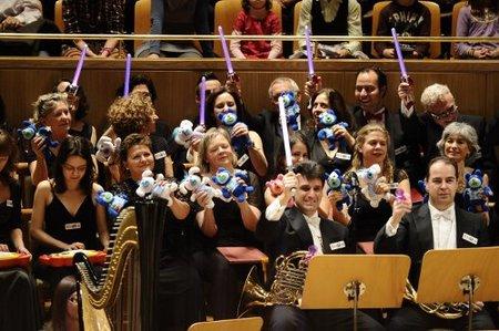 Concierto de música interpretada con juguetes, personajes infantiles y mucho color