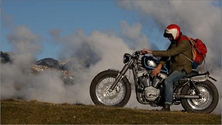 Harley Davidson Stellalpina por Roberto Rossi, paseando por el campo