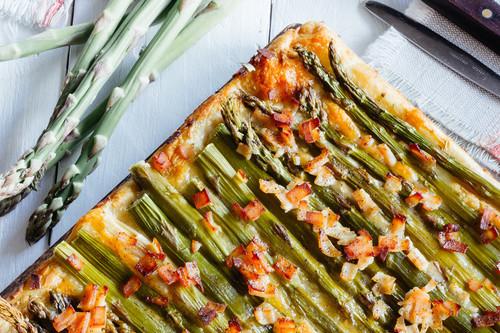 Hojaldre con espárragos y jamón. Receta saludable y deliciosa