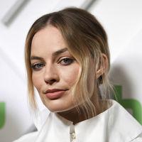 Margot Robbie y Elle Fanning nos enamoran de blanco y negro en la presentación de Hulu en Nueva York