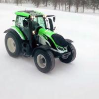 Juha Kankkunen marca un récord de velocidad, ¡en tractor y sobre hielo!