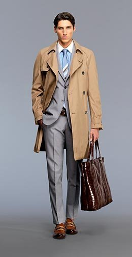 El hombre Gucci lleva bolso de sport y de vestir